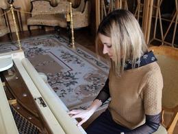 乌克兰美女检察官弹钢琴秀才艺[图集]