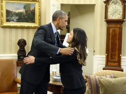 奥巴马热情拥抱埃博拉治愈美女护士[图集]