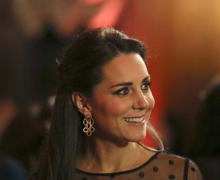 凯特王妃着波点透视青春俏皮