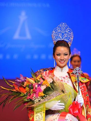 全美华埠小姐选美决赛 李思佳摘得桂冠