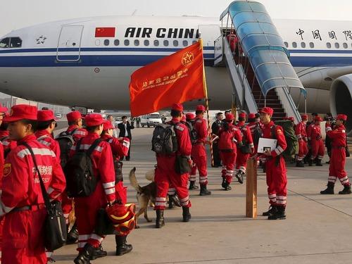 尼泊尔满目疮痍 中国救援队首个抵达