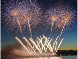 温哥华国际烟花汇演点亮夜空