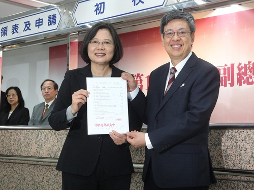 英仁配压轴登记 称找回台湾人骄傲