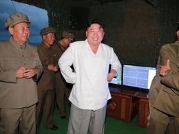 金正恩指导发射导弹 乐开花