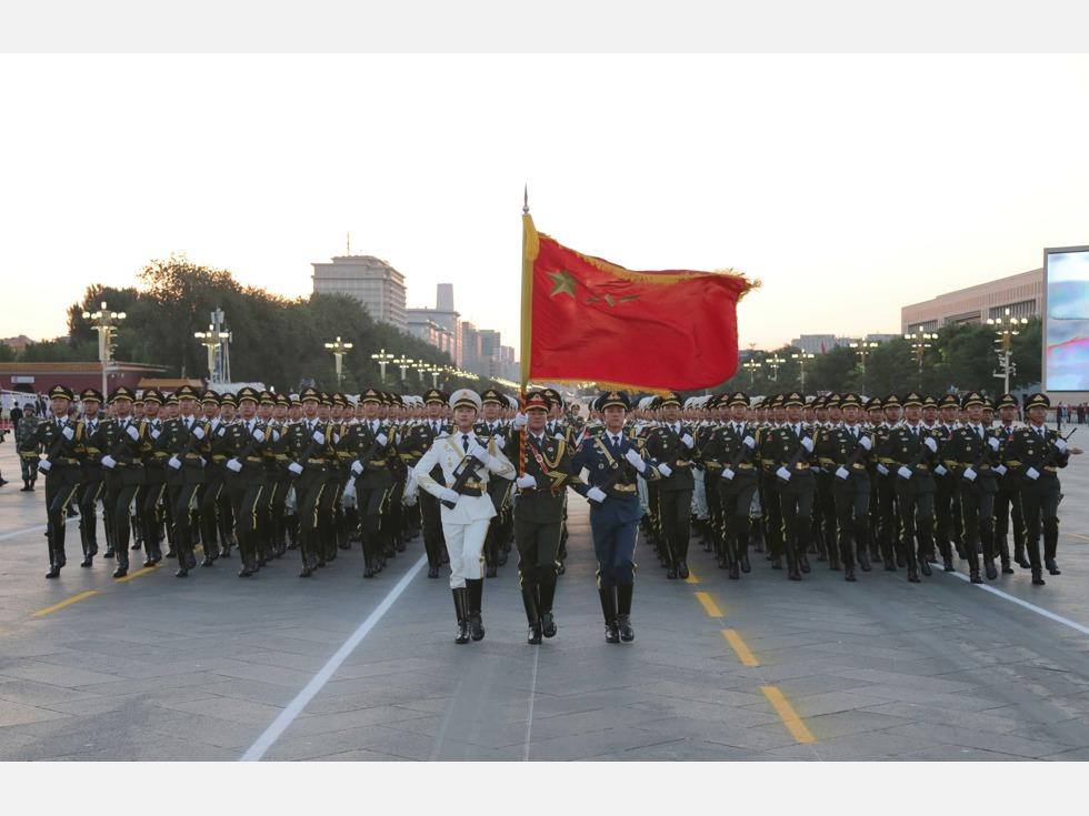 在中国官方的革命叙事中,中共军队总是由一个胜利走向另一个胜利。从大的趋势来看,从1927年8月1日南昌起义建军,到1949年中共建政,再到今天令美国不安以至围堵的世界第二军事大国,中国军队确实在不断走向胜利。但是,胜利虽是好事,败仗更能使人成长。中国军队不但是从一个胜利走向另一个胜利,也是前事不忘后事之师,从一个个败仗中吸取经验,然后不断走向胜利的。因而盘点一下中共解放军的十大败仗,有着特殊的意义。图为解放军最近一次阅兵,2015年9月3日参加纪念抗战胜利七十周年阅兵的解放军三军仪仗队(图源:VCG)