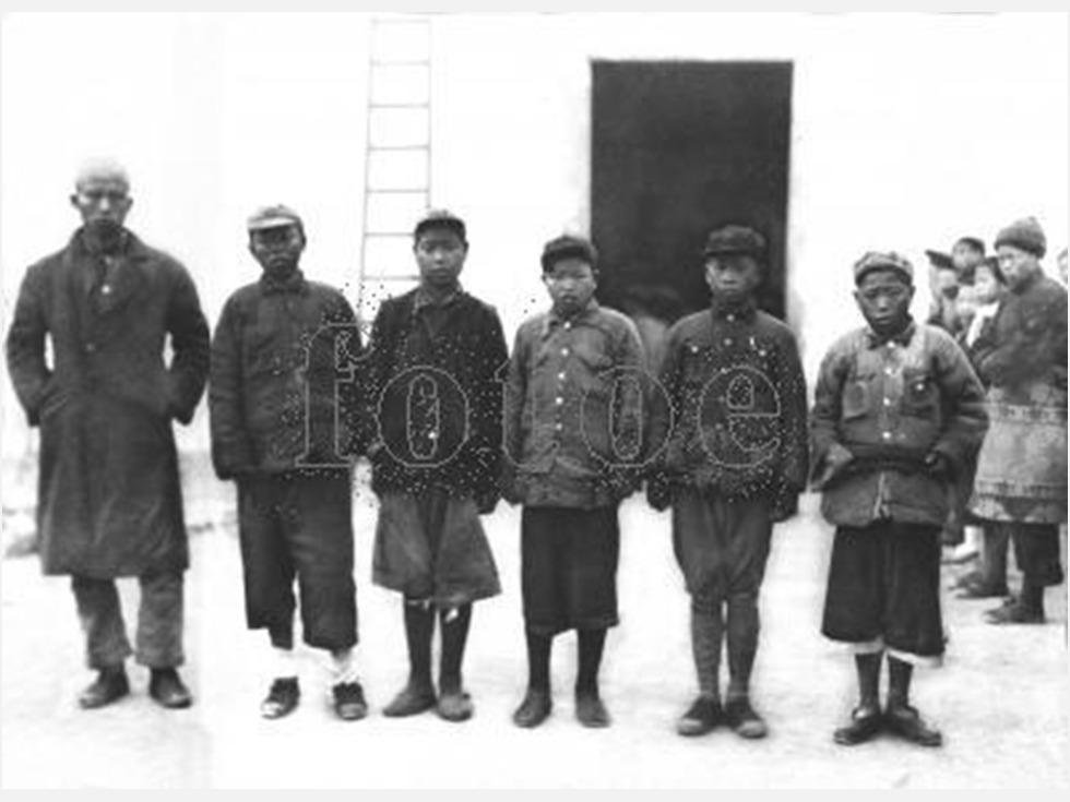 第九:广昌战役。1934年4月,在第五次反围剿第三阶段的战斗中,红一方面军一、三、五、九军团由彭德怀指挥,在江西广昌地区筑垒阻击国民党军进攻。苦战18天,被迫放弃广昌,伤亡5,093人,歼敌仅2,626人,约占参战总人数的五分之一。其中红三军团伤亡2,705人,约占全军团总人数的四分之一。这是红军历史上最典型的阵地战、消耗战,它给红军尔后的作战带来了极为有害的影响。图为第五次反围剿中被俘的红军士兵(图源:fotoe/视觉中国)
