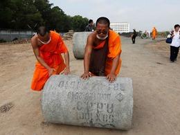 泰国僧人筑人墙阻军方逮捕主持[图集]