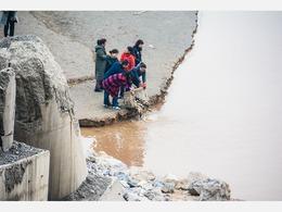 市民黄河边放生鲤鱼 后脚便被人捞走[图集]