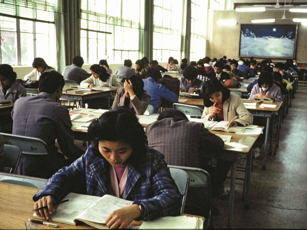 高考制度的恢复,使中国的人才培养重新步入了健康发展的轨道。据了解,恢复高考后的二十多年里,中国已经有一千多万名普通高校的本专科毕业生和近六十万名研究生陆续走上工作岗位。图为广东省图书馆,读者们在认真地学习。