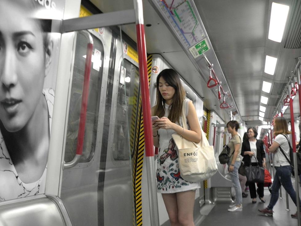 香港地铁于2006年3月,每日乘客量超过245万人次,成为世界上最繁忙的铁路系统之一。香港地铁在大部分日子提供每日19小时的列车服务,大约由上午6时至午夜1时,非行车时间则进行轨道及轨旁维修工程。在一些假期,例如平安夜及大除夕,地铁更会通宵行走。(图源:VCG)