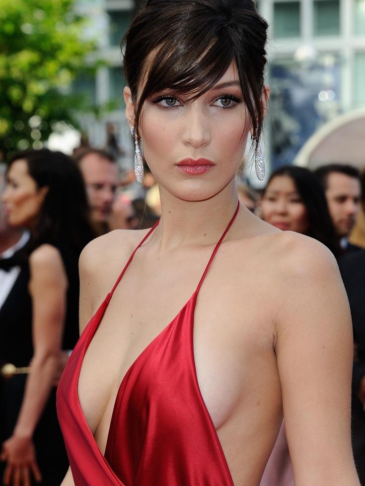 这已经不是贝拉·哈迪德第一次在戛纳电影节上出现不雅状况,2016年的第69届戛纳电影节红毯上她就以一袭性感红色礼服成为抢镜王。(图源:VCG)