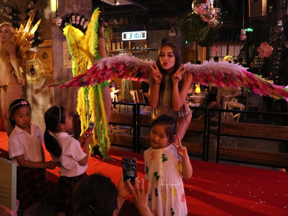 外籍超模内衣大翅膀天使秀, 引食客狂拍。(图源:VCG)