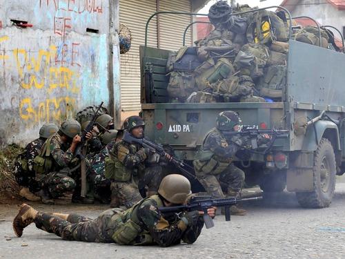 菲军方与武装分子激烈交火