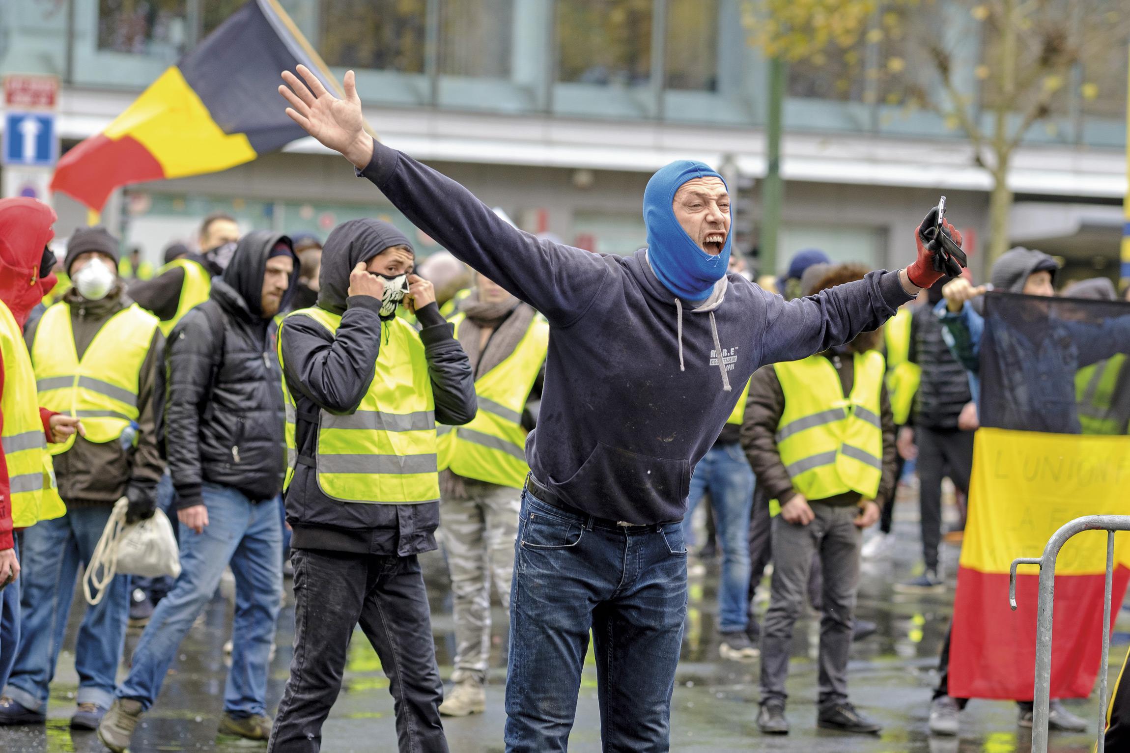 由法国蔓延至比利时的黄背心运动,正在给资本主义国家提出一个尖锐的问题:「不公平」有没有解药?图为比利时年轻人走上街头抗议油价和物价。